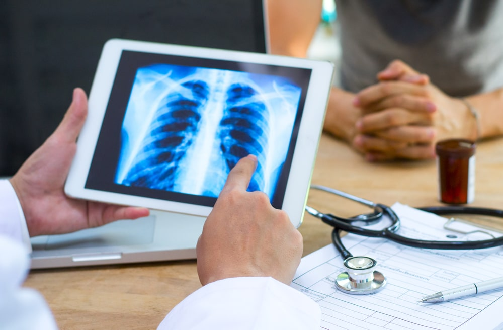 doctor checks lungs on the tablet