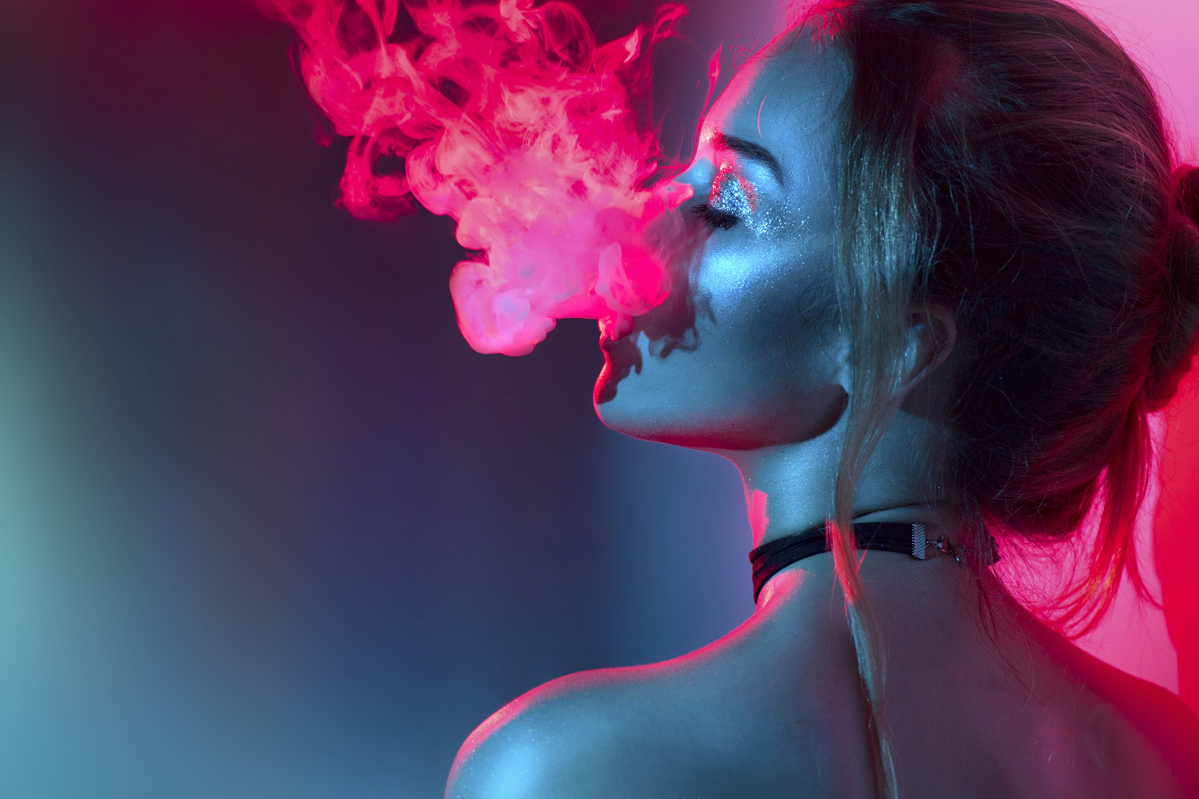girl vaping photo at night club vaping