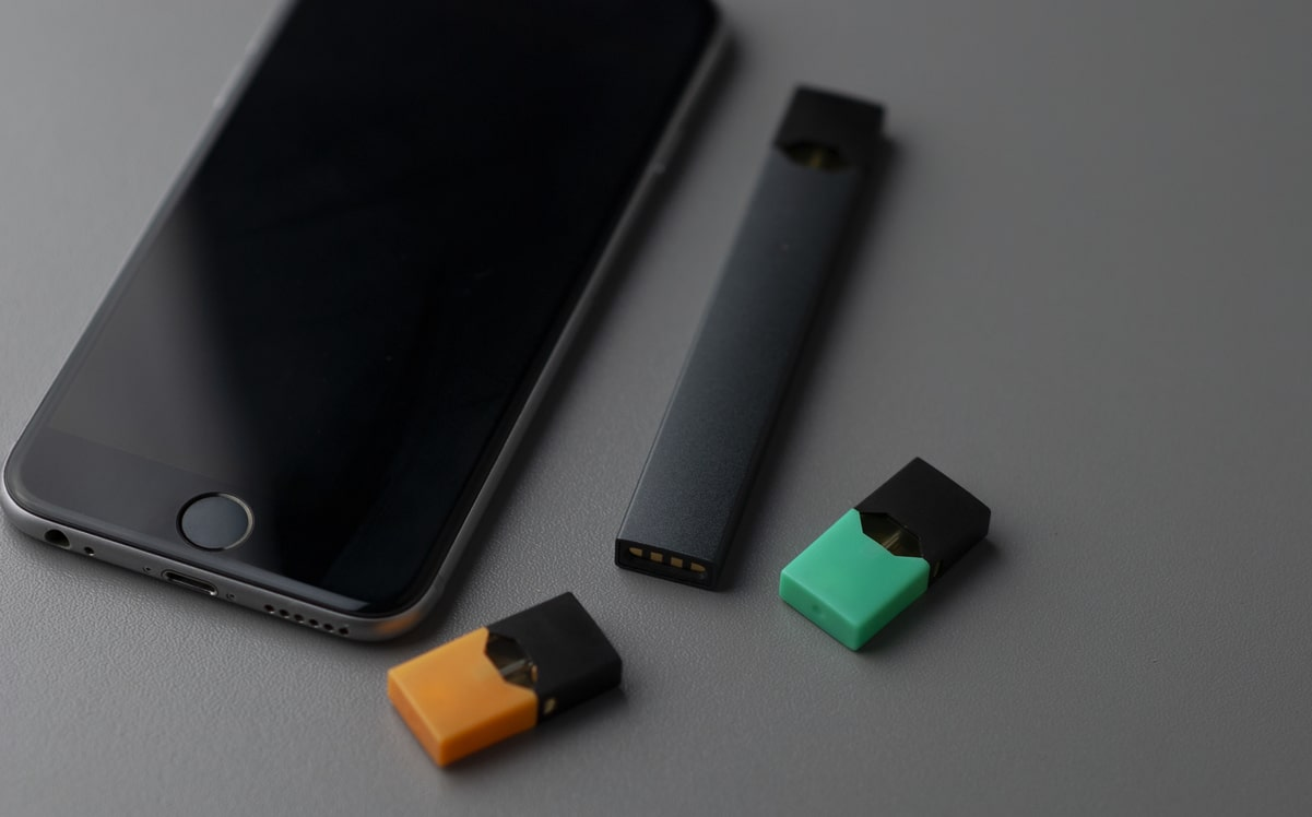 juul pods near the phone image