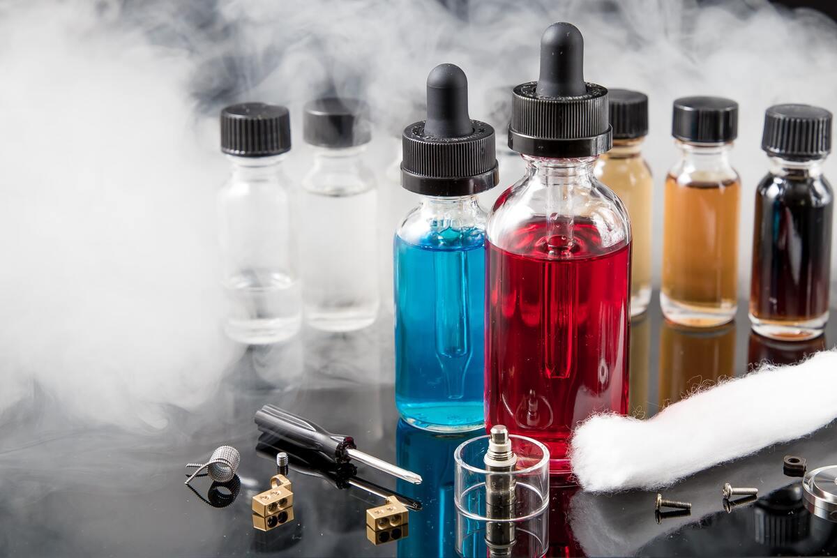 Vaporizer smoke with e-juice bottles
